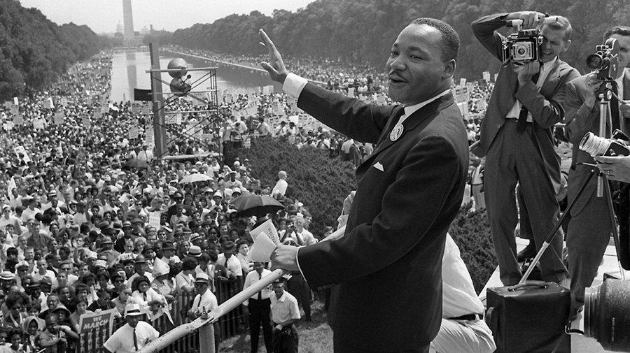 MLK sur le Lincoln Memorial durant la Marche sur Warshington pour l'emploi et la liberté