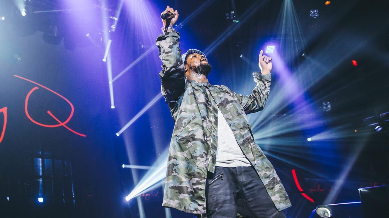 Un fan de Schoolboy Q monte sur scène pendant son live au Rolling Loud