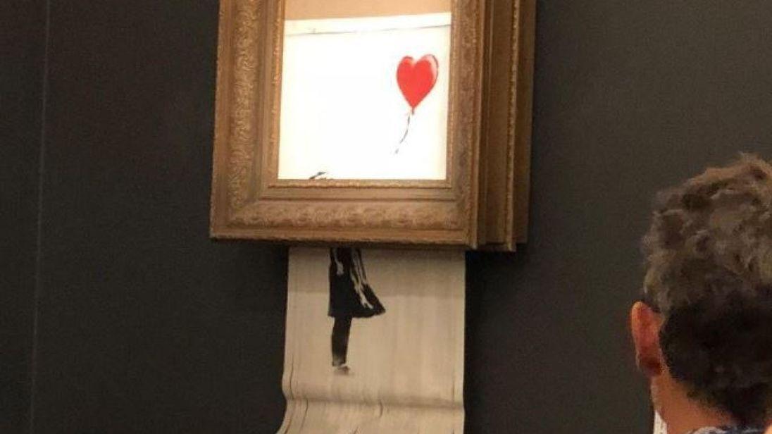 Vendue un million d'euros, une oeuvre de Banksy s'autodétruit pendant l'enchère