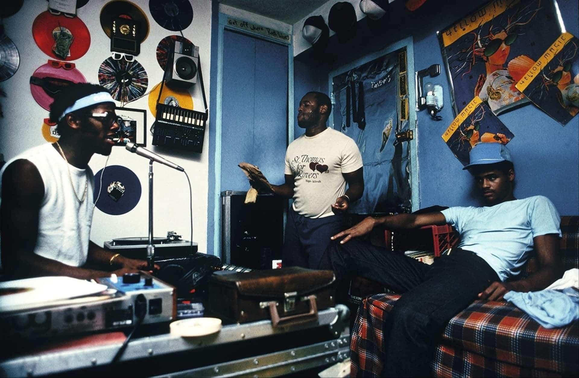 DJ D.St dans sa chambre avec les autres membres de son groupe. Crédit photo : Sophie Bramly