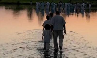 Rendu à Fayetteville dans l'état de la Géorgie, Kanye West a encore une fois sorti le grand jeu en marchant sur l'eau durant sa performance pour un Sunday Service.